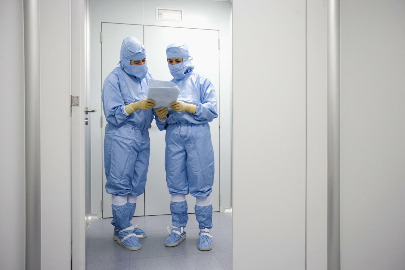 Personnes qui échangent dans un laboratoire classé