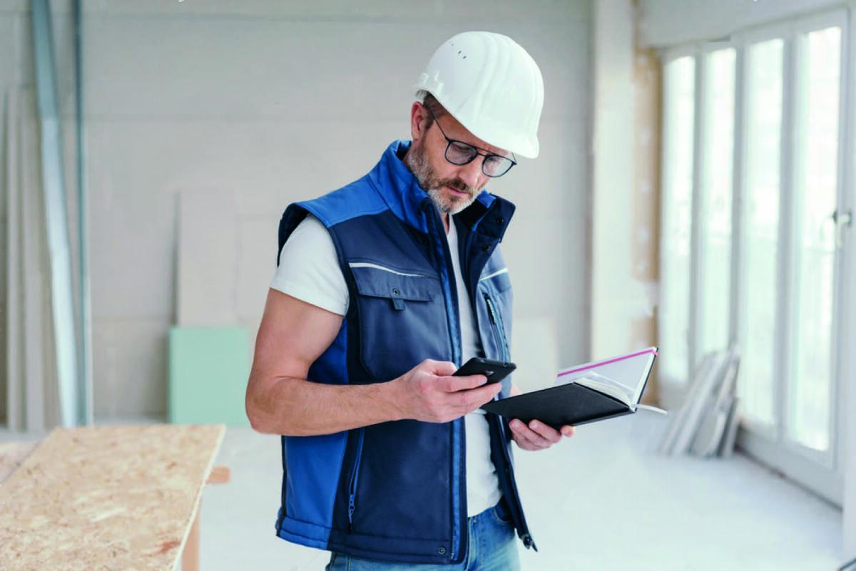 Homme travaillant sur un contrat de maintenance chambre froide