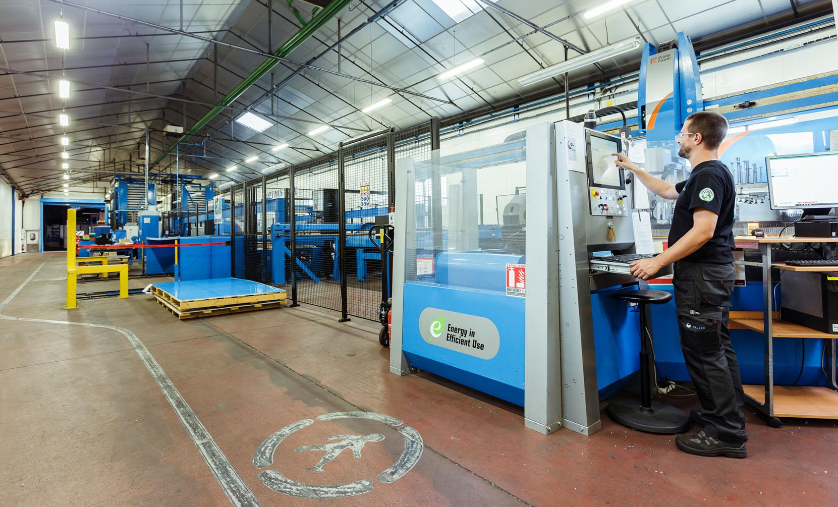 Persona delante de una línea de producción Dagard
