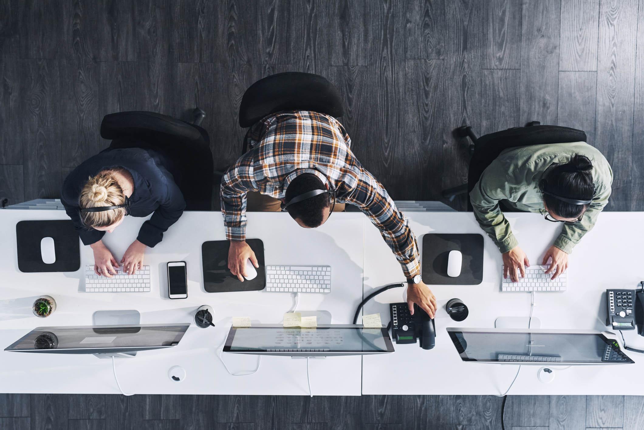 Personnes en train de travailler sur ordinateur - vue de haut